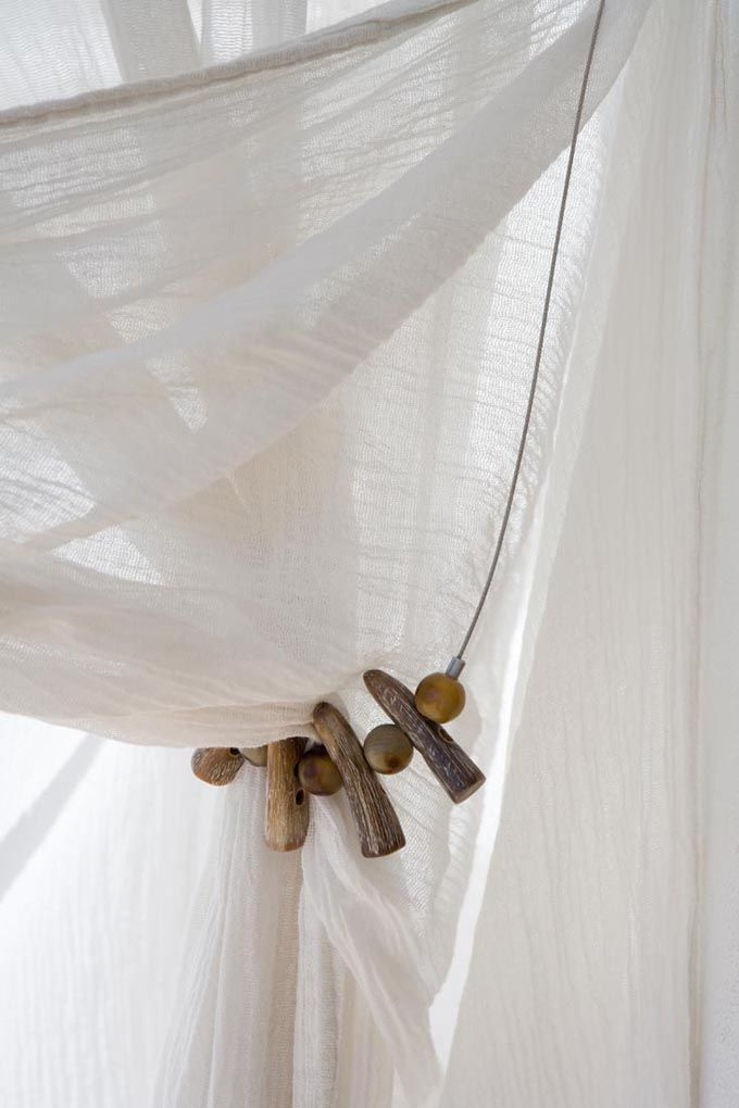 cortina de gasa con recogido de madera natural