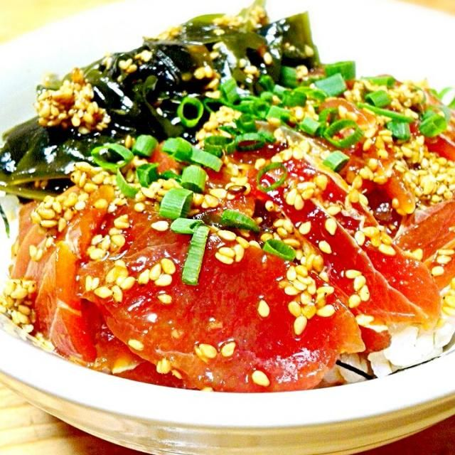 簡単丼もので夕食~♪今日はマグロ腹身の切り落としで。 こく旨タレでご飯が進んじゃう。(@>ω<)ノ★゛ - 107件のもぐもぐ - ワカメとまぐろ腹身切り落としのコク旨漬け丼 by syoko622