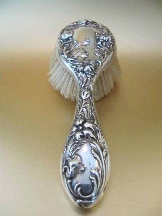 Foster & Baily - sterling zilveren haren borstel met jonge dame vogels & bloemen  Een prachtige zilveren Jugendstil haren borstel.Versierd met een prachtig figuur vogels & bloemen.Gemaakt door F &B; Foster & Baily pat. 1903.Deze grote uitziende borstel is een echte eyecatcher!Gemaakt in ca. 1903/1910 Engelse sterling zilver gemarkeerd.-----------------------------------------------------------Gewicht van deze mooie haar bruch is 140 gram.De maatregelen zijn ca.: 225 cm x 75…