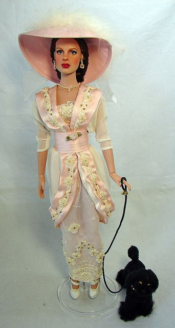 I put this Edwardian gown on her because it reminded me of the gown Judy wore in the film Easter Parade                  Comentarios y favoritas       ★  Rose Cat agregó esta foto a sus favoritos. (hace 8 meses)              a href=/photos// class=comment-buddy-icon-link title=ver perfilimg src=http://l.yimg.com/g/images/buddyicon.gif# alt= width=48 height=48 class=comment-buddy-icon/a