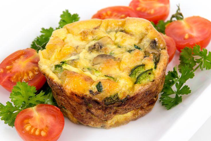 Préparation : 1. Préchauffez votre four à 180°C. 2. Cassez les oeufs dans un saladier puis fouettez-les. 3. Beurrez les moules à muffins, ajoutez les ingrédients de votre choix (par exemple : du ja…
