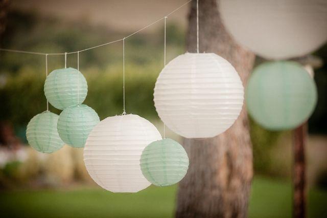 Decoratie: witte en mintgroene lampions