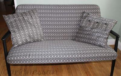 Omklädd liten soffa. Upholstered souch.