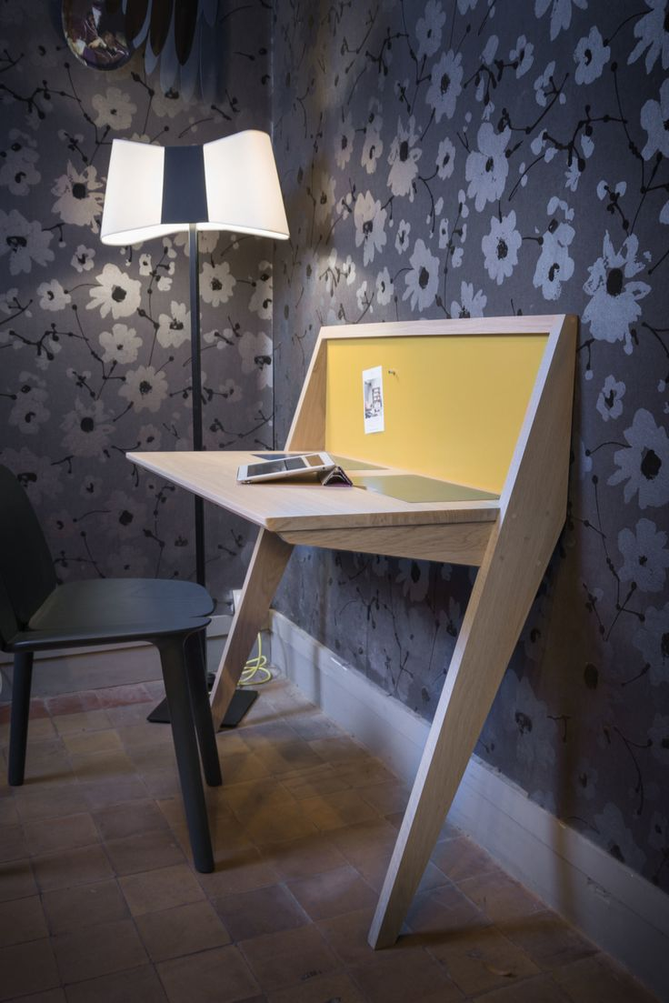 Leaning against the wall, the Compass desk is ideal for small places. Simple lines, original design and still so functional : 2 removable flaps  giving access t