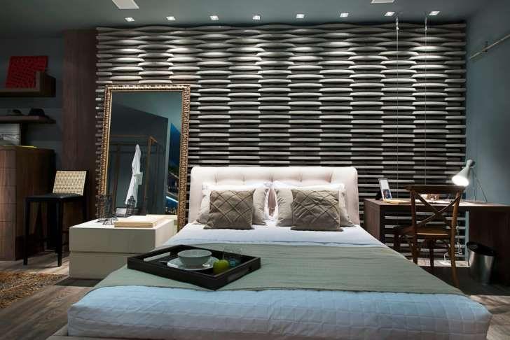 El dormitorio es un lujo. El elemento protagonista es la pared con textura, en blanco y negro. La cabecera acolchonada aporta elegancia. El diseño de iluminación refuerza esa idea logrando que el espacio se vea más íntimo y personal.