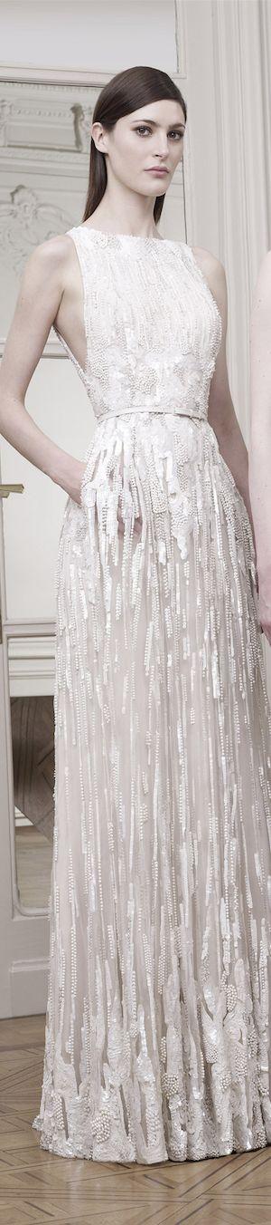 Nos encanta el vestidos de novias de Elie Saab. Encuentra más inspiración en http://bodatotal.com/