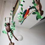 Die Dschungelbücher enstanden nach einer Bildbetrachtung von Henri Rousseaus Dschungelbildern und Informationen zum Leben von Henri Rousseau. Henri Rousseau gehört heute zu den bedeutendsten Malern der Moderne. Als Autodidakt war er lange Zeit lediglich als naiver Maler verschrien, heute ist man sich seiner herausragenden Stellung als Wegbereiter für Kubismus, Expressionismus und Surrealismus bewusst. Die Dschungelbilder von Henri Rousseau haben mit einem realen Dschungel nur wenig gemein…