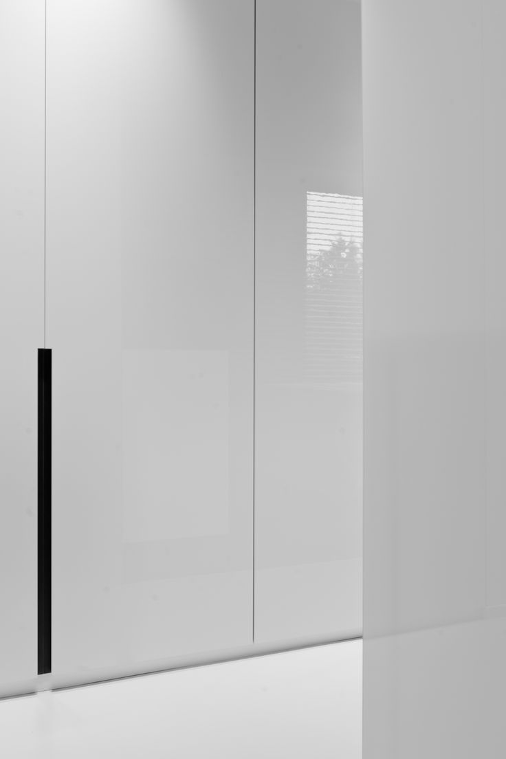White high gloss, floor to ceiling closet doors, Borsbeek project by Filip Deslee (photo by Cafeine) _