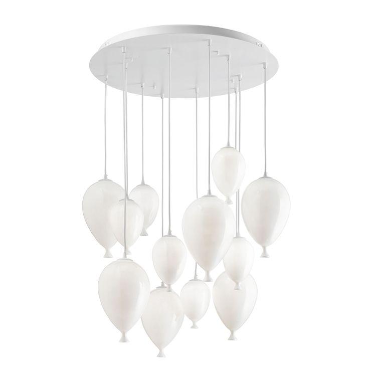 Clown di Ideal Lux è formata da una serie di elementi in vetro bianco soffiato e acidato sospesi per mezzo di cavi a lunghezza regolabile: sembrano tanti palloncini che fluttuano nell'aria. La montatura è in metallo. Misura ø 60 x H 30/100 cm. www.ideal-lux.com