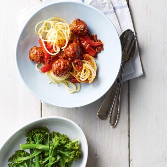 Bimi, een kruising tussen broccoli en Chinese kool, smaakt heerlijk bij deze snelle spaghetti. #recept #pasta #JumboSupermarkten