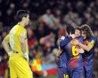 Lionel Messi, segundo a la derecha, es felicitado por compañeros del Barcelona, Xavi Hernández y Carles Puyol, tras anotar un gol ante Osasuna en la liga española de fútbol el domingo 27 de enero de 2013. (AP Foto/Alvaro Barrientos)
