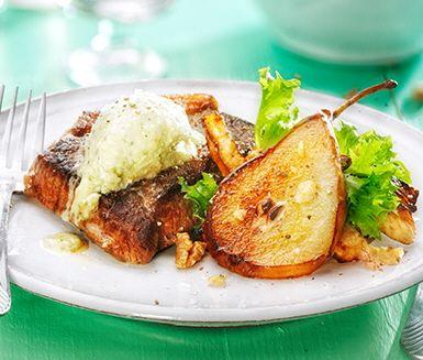 Saftig rumpstek med lättfixat ädelostsmör och varm sallad gjord på rotselleri och päron. Servera gärna med rostad potatis och strö till sist nyrostade, hackade valnötter över tallriken.