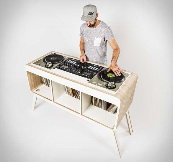 """Mesa/Estante Com.Four DJ """"Com.Four"""" por  Hoerboard  é a mais recente adição à sua família de estação de trabalho DJ. Desta vez, eles têm ignorado o estilo contemporâneo e tradicional, dada a Mesa/Estante Com.Four que tem um toque retro, combinando belo design de meados do século com a funcionalidade e espaço de armazenamento. #MesaEstante"""