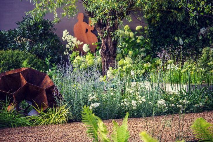 Lovely contrast  #londongarden #gardendesign #earthdesigns #essexgardendesign #sculpture #cortensteel
