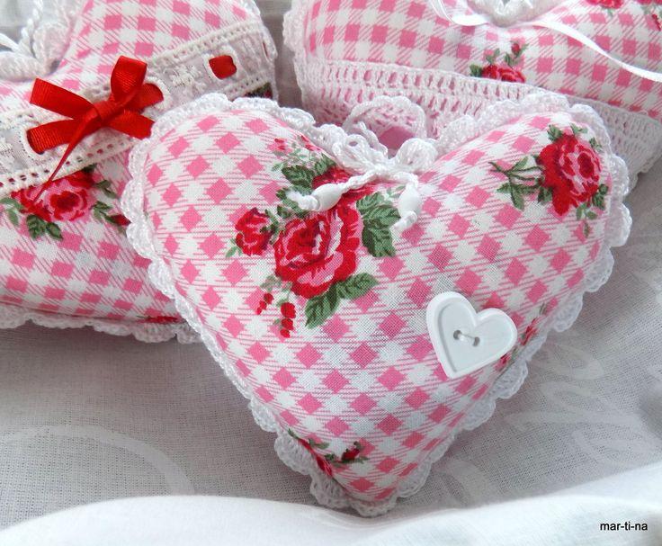 Dekorační srdíčko s vůní levandule V. Srdíčko je ušité ze 100% bavlny, zdobeno ruční háčkovanou krajkou, mašličkou s bílými dřevěnými korálky a plastovým bílým srdíčkem. Vyplněno je dutým vláknem a sušenou levandulí. Barva: Přední díl - růžovo-bílá kostička s růžičkami  Zadní díl - růžová