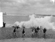 Storm aan de kust Scheveningen overslaande golven