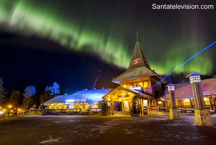 Revontulet Joulupukin pajakylän päällä Rovaniemellä lokakuussa