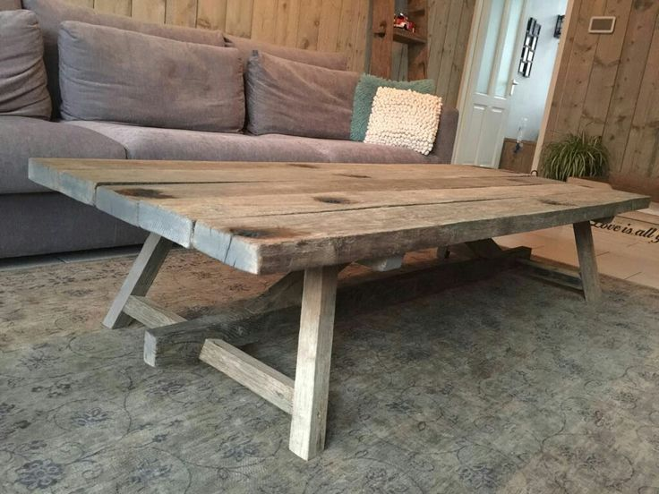 Salontafel op maat gemaakt met houten onderstel en wagonplanken blad