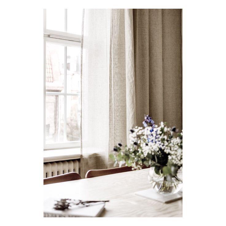 Välkomna ljuset med lättsamt skira linnegardiner i exklusivt hellinne som ger ett luftigt och tidlöst uttryck. Alla våra tyger vävs i Spanien, ett land med lång erfarenhet och bred kunskap inom textiltillverkning. Gardinerna är försedda med ett multiband som gör att upphängningen är universal. Det går lika bra att hänga dina Gotain gardiner på gardinstång som i gardinskena med glid, fingerkrok eller ringar.  #gotain #gardiner #linne #linnegardiner #inredning #kök #matsal