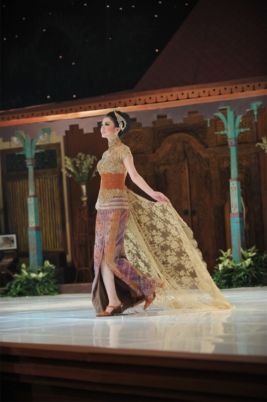 Kebaya by Anne Avantie - love this one!