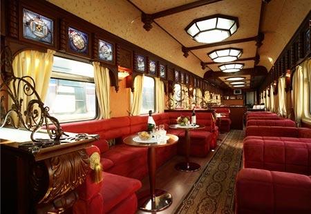 Bar car on the Golden Eagle Trans-Siberian Express  (© Golden Eagle Trans-Siberian Express)