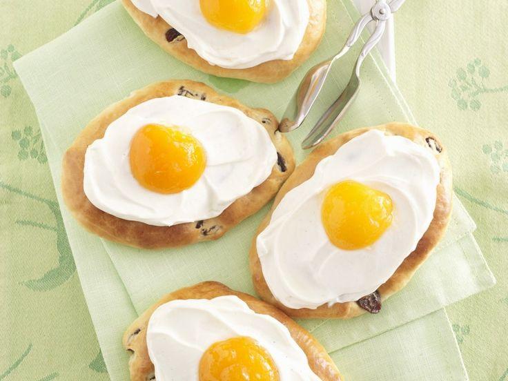 Фантазия на тему: «Лучший завтрак в жизни». Пирожок-пирожное, внешне имитирующее идеальную глазунью, невероятно вкусен и нежен. Сочетание взбитых сливок и абрикосовыми половинками и сдобой, действительно идеально подходит для сытного завтрака. Добавьте к десерту чай или кофе и лучший завтрак в мире у вас на столе. Распечатать
