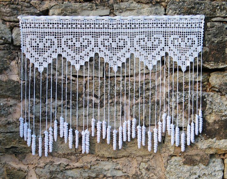 Rideau crochet brise vue, fait main,à motifs coeurs et pendants pommes de pin : Textiles et tapis par pfenninger