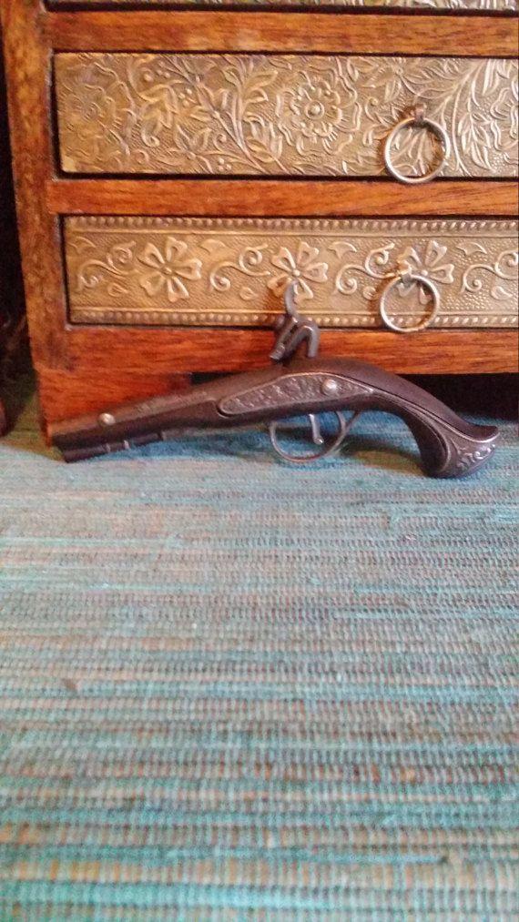Check out this item in my Etsy shop https://www.etsy.com/uk/listing/513835629/george-washington-replica-cap-gun-mini
