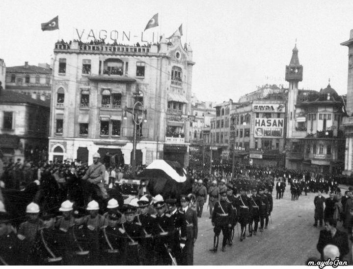 Atatürk'ün cenazesi Karaköy'den geçerken-1938