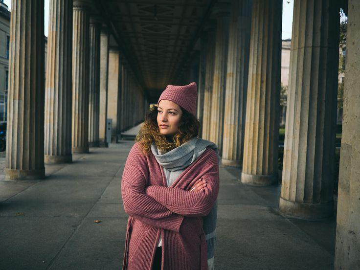 Fair Fashion Outfit: Jacke & Kappe von Armed Angels, Shirt von WE ARE ZRCL, Hosen von Wunderwerk, Berlin