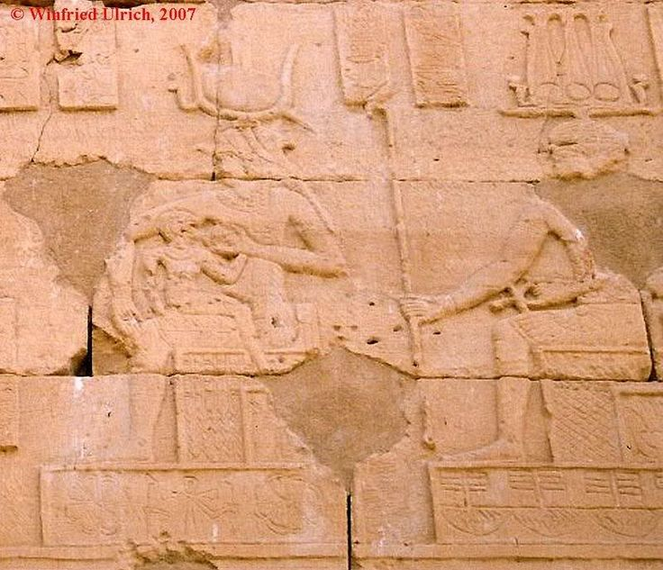 Исида кормит Гора в присутствии Мандулиса, раннеримский период,  I  в. до н.э., храм Калабша, Египет Интересное сочетание: Мандулис - нубийский бог солнца, отождествляемый с Гором.