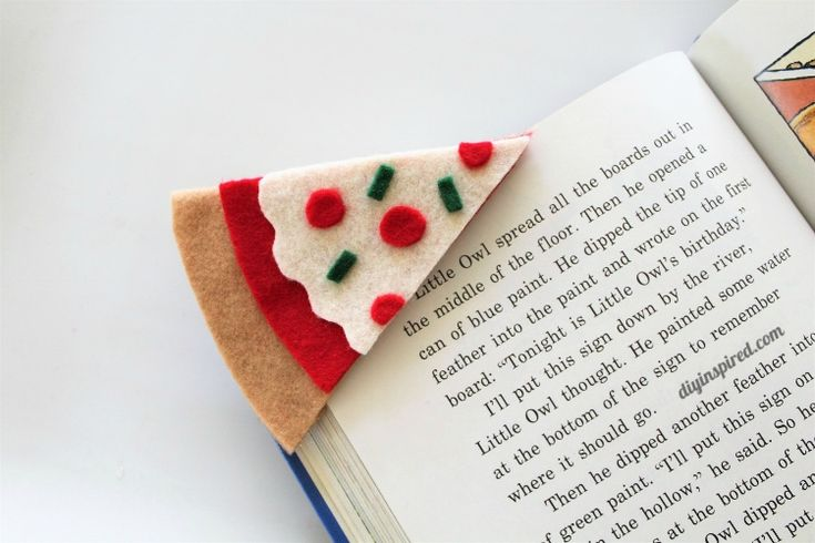 So basteln Sie ein selbstgemachtes Filz-Pizza-Lesezeichen für den Schulanfang.   – Teen Library Program Ideas