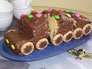 Einfacher schneller Kuchen-Zug. Einfach Kuchen in Kastenform Backen, an der Lok ein Stück wegschneiden, dann noch in 3 Teile schneiden, Schoki drüber, Kekse als Räder dran, ein bisschen bunte Deko. Fertig.