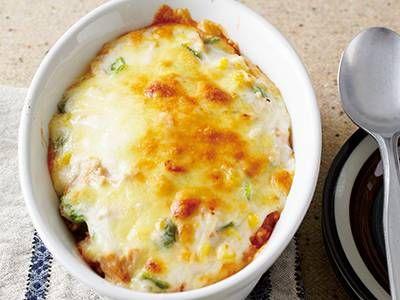 小田 真規子さんのご飯を使った「簡単ドリア」のレシピページです。アツアツのホワイトソースの下は、人気のケチャップライスです。フライパンで炒めずにできちゃう簡単レシピです。 材料: ご飯、ピーマン、ツナ、コーン、王道ホワイトソース、トマトケチャップ、ピザ用チーズ