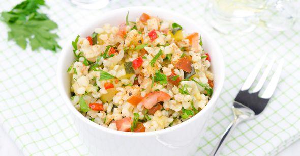 Salata de bulgur cu somon afumat- Nutritionistii arata ca includerea pestelui gras (somon, ton) in dieta obisnuita este benefica pentru sanatate si nu ingrasa.