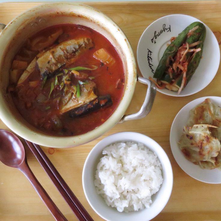 Today's Lunch- Pike Mackerel Gochujang stew.  Side dishes-Cucumber kimchi and potato pancake. 청소하는 월요일. 하기싫어 개으름피우는중 ㅎㅎㅎ 아침은 라테로 때우고 오늘 점심은 삼시섹끼에서본 감자전과 서지니씨가 많든 *고추장찌게- 끓는물에감자를 먼저 한3분간 끓이는 양파와 버섯 고추장 듬뿍넣고 꽁치통조림 통체로 투하. 마늘도 듬뿍넣어 오랫동안 보글보글-끝. 꽁치에서 나온 기름으로 고소하고 맛있음. 캠핑가서 끓여먹음 딱 좋겠다 재료도 간편하고. **요리팁^.~;모든제료를 한번에 다 넣고 국물을 진하게 간을해서 조림같이 끓이다 나중에 물을 더 넣어 간을 맞추면 꽁치에 맛이들어 더 맛있을듯