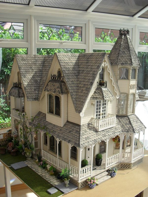 amazing dollhouse. Same kit as the pink victorian also pinned to this board that has the gingerbread trim.