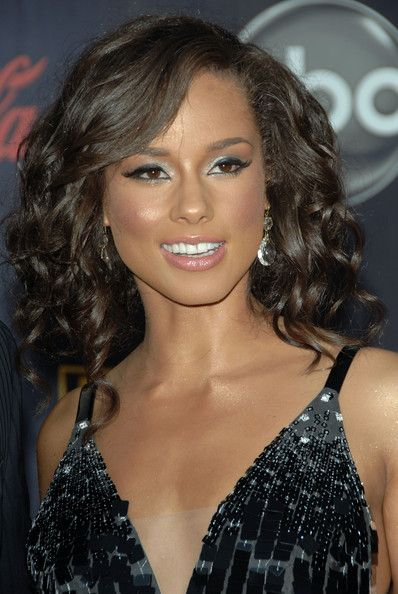 Alicia Keys False Eyelashes - Alicia Keys enhanced her beautiful eyes with delicate false lashes and silver shadow.