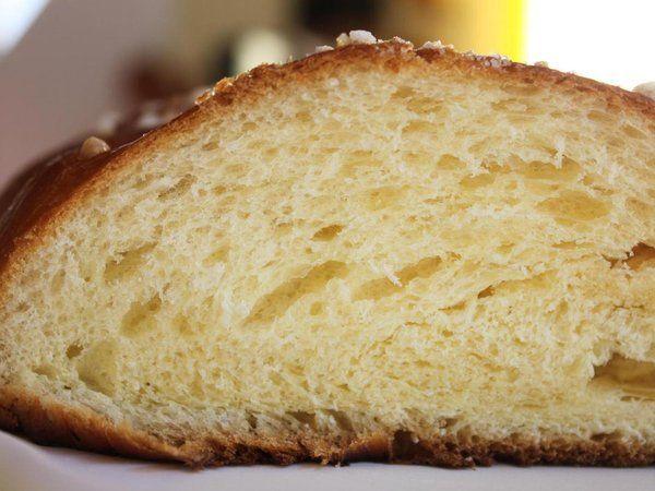 Brioche enfin je te tiens ...pour une énorme brioche tressée  - 500 g de farine t45  - 3 œufs  - 125 g de lait  - 80 g de sucre  - 21 g de levure de boulanger fraîche (la moitié du cube)  - 160 g de beurre  - 4 g de sel  - 2 càs de rhum  - du sucre perlé et du lait pour la dorure