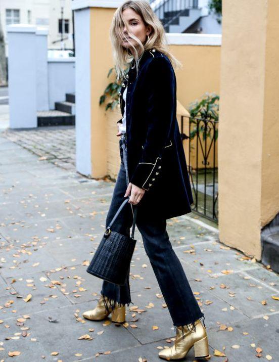 Le jean effiloché, la pièce indispensable pour dédramatiser velours ras et teinte dorée (photo Fashion Me Now)