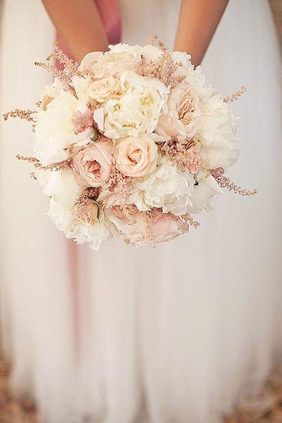 Bouquet da sposa dai colori pastelli del rosa quarzo e panna. Per un tocco romantico ed elegante