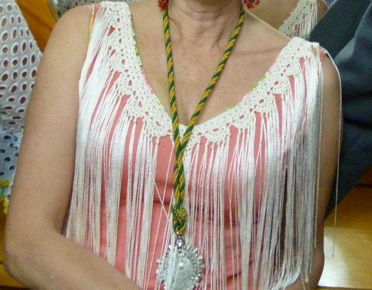 He añadido una puntilla al escote de este traje de flamenca y parece otro! Es muy fácil , el patrón es de este blog http://blogtizy.blogspo...