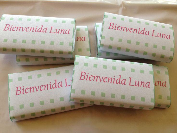 Golosinas personalizadas, presentadas en caramelera de vidrio envuelta en papel celofán. Cinta con moño y tarjeta bienvenida con nombre del bebé. Entregas en clínicas, sanatorios o domicilio particular.   #LasMariasEventos