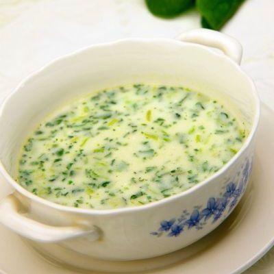 1. Încinge o lingură cu ulei într-o oală încăpătoare, călește ceapa tocată mărunt și adaugă spanacul curățat, spălat și tăiat. Acoperă cu un capac și lasă câteva minute, până ce scade și se înăbușă spanacul. 2. Toarnă laptele și supa de legume, sărează și piperează după gust și lasă să dea în câteva clocote. Dă …
