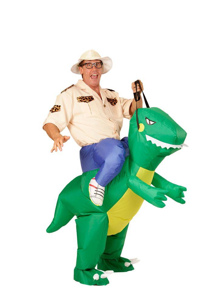 Costume da esploratore sul dorso di un dinosauro per adulto: Questo travestimento umoristico per adulto consiste in un dinosauro gonfiabile con apposito ventilatore e un cappello (camicia e occhiali non inclusi).Grazie a questo costume sembrerà che tu...