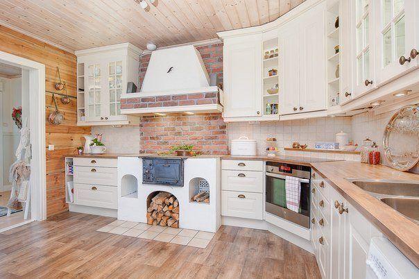 Светлая кухня в деревянном доме фото #1