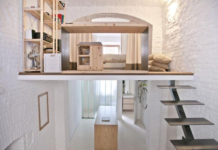 Legno chiaro naturale per il soppalco del loft torinese progettato da R3Architetti. I mobili su disegno comprendono scaffalature, una scrivania che guarda al living e una zona notte intima e privata protetta da una tenda scorrevole