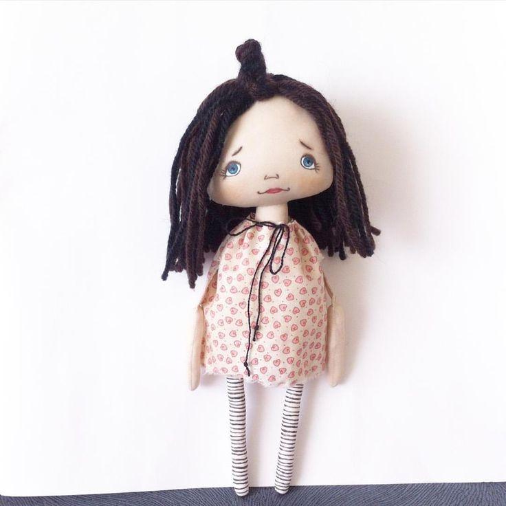 Привет! Моя новая любовь  Простая девчонка, с короткими и негустыми волосами (пучок не расплетается), в незатейливом платьице (оно, кстати,  снимается). Может даже стоять с опорой, если пол не скользкий  Сошью ей еще наряд и покажу в ближайшие дни. Малышка ростом 23 см. будет искать домик.  #такие_куклы