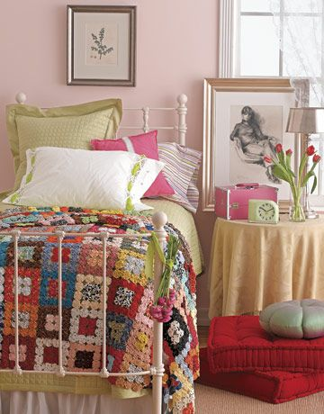 Love the granny squares!: Irons Beds, Guest Bedrooms, Yoyo Quilts, Colors Bedrooms, Colors Mixed, Pale Pink, Granny Squares, Colors Quilts, Girls Rooms