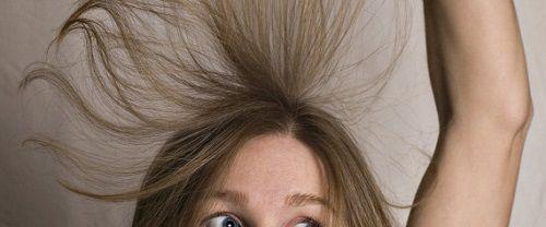 spazzolare i capelli con la spazzola vaporizzata di lacca aiuta tantissimo. Io lo faccio sempre quando ho i capelli ad onde grandi e morbide